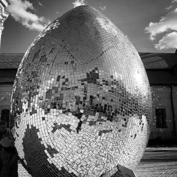 Shiny egg in the middle of the square